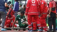 Kapten Persebaya, Ruben Sanadi, cedera saat melawan Tira Persikabo dalam 8 besar Piala Presiden 2019 di Stadion Gelora Bung Tomo, Surabaya (29/3/2019). (Bola.com/Aditya Wany)