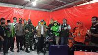 Ridwan Kamil bersama Forkompinda Kota Bekasi meninjau gudang penyimpanan sembako PSBB. (Foto:Liputan6.com/Bam Sinulungga)
