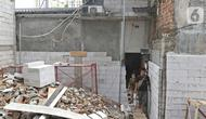Salah satu kerabat pemilik rumah saat keluar dari rumah di kawasan Mangga Dua Dalam, Jakarta, Kamis (12/12/2019). Sebuah rumah di kawasan Mangga Dua terhimpit oleh bangunan yang sedang dibangun. (Liputan6.com/Herman Zakharia)