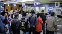 Calon penumpang mengantre di loket pembelian tiket di Stasiun Senen, Jakarta, Senin (9/3/2020). PT KAI telah menjual tiket masa angkutan Lebaran H-90 atau 90 hari sebelum tanggal keberangkatan. (Liputan6.com/Faizal Fanani)