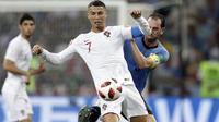 Cristiano Ronaldo (depan) berebut bola dengan pemain Uruguay, Diego Godin pada laga 16 besar Piala Dunia 2018 di Fisht Stadium, Sochi, Rusia, (30/6/2018). Portugal kalah 1-2 dari Uruguay. (AP/Andrew Medichini)