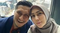 Wabah pandemi Covid-19 masih terus mengintai di sebagian besar negara, termasuk Indonesia. Hal tersebut membuat banyak orang merindukan liburan, termasuk keluarga Fenita Arie dan Arie Untung. (Instagram/fenitarie)