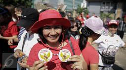 """Pendukung Basuki Tjahaja Purnama atau Ahok menunjukkan pin """"Pembela Pancasila"""" saat kembali menggelar aksi di depan Pengadilan Tinggi DKI Jakarta, Jumat (12/5). Massa menuntut agar penangguhan penahanan Ahok dikabulkan. (Liputan6.com/Faizal Fanani)"""