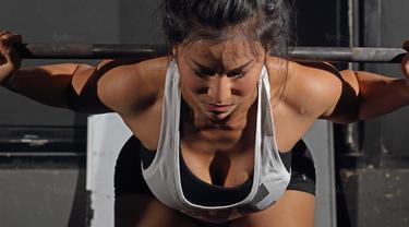 Gita Bachtiar atlet binaraga putri Indonesia menjalani latihan di Bengkel Cross-Fit, Jakarta pada Kamis (25/1/2018).  Gita Bachtiar berhasil menyabet 3 piala sekaligus di ajang IFBB Muscle Beach, Bali pada 15 Oktober 2017 (Bola.com/Peksi Cahyo)
