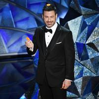 """""""Tahun ini, saat kamu mendengar namamu disebut, jangan langsung berdiri,"""" ujar Jimmy Kimmel. """"Beri kamu waktu satu menit,"""" sambungnya yang disambut riuh tawa penonton. (KEVIN WINTER / GETTY IMAGES NORTH AMERICA / AFP)"""