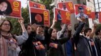 Ribuan orang berunjuk rasa di ankara turkey hari minggu siang waktu setempat mereka berduka atas tewasnya 95 orang dalam ledakan ganda hari