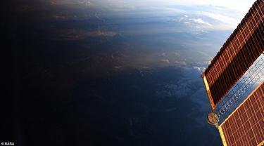 Keren, Begini Potret Indah Saat Siang Bertemu Malam. Sumber: NASA