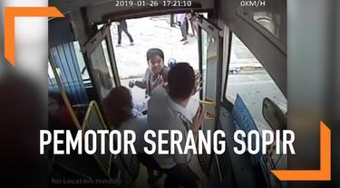 Seorang pengendara sepeda motor tidak terima karena jalurnya diambil oleh bus. Ia pun berduel dengan pengemudi bus di tengah jalan.