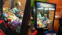 Petugas menyelamatkan seorang anak laki-laki dari dalam mesin cakar arcade pada hari Rabu, 6 Februari 2018, di Florida setelah dia masuk ke dalam mesin untuk mendapatkan mainan. (Titusville Fire and Emergency Services)