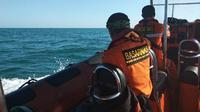 Basarnas Pekanbaru mencari korban kapal tenggelam di perairan Kota Dumai. (Liputan6.com/Istimewa/M Syukur)