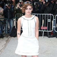 Mini dress warna putih. (marieclaire.com)