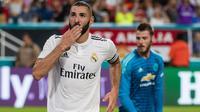 Striker Real Madrid, Karim Benzema berselebrasi usai mencetak gol ke gawang Manchester United pada pertandingan ICC 2018 di Miami Gardens, Fla (31/7). MU menang tipis 2-1 atas Madrid. (AFP Photo/Rob Foldy)
