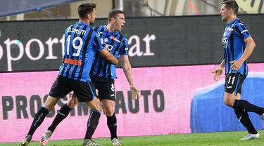 Bek Atalanta, Robin Gosens (kedua kiri) berselebrasi dengan rekannya usai mencetak gol ke gawang Napoli pada pertandingan lanjutan Liga Serie A Italia di Stadion Bergamo, Italia (2/7/2020). Atalanta menang 2-0 atas Napoli. (Giuseppe Zanardelli/LaPresse via AP)