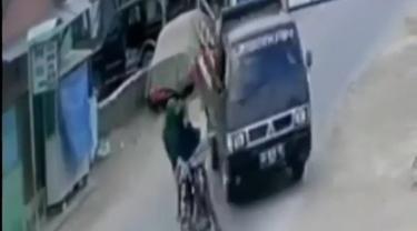 Pemotor wanita ini hampir ditabrak mobil bak