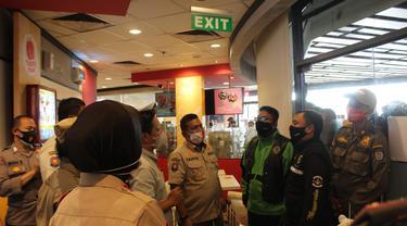 Satpol PP Kota Depok saat membubarkan kerumunan restoran cepat saji McDonald's di pusat perbelanjaan Kota Depok.