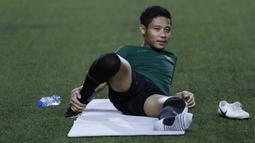 Pemain Timnas Indonesia U-22, Evan Dimas, melakukan pemanasan saat latihan di Stadion Rizal Memorial, Manila, Jumat (22/11). Latihan ini persiapan jelang laga SEA Games 2019. (Bola.com/M Iqbal Ichsan)