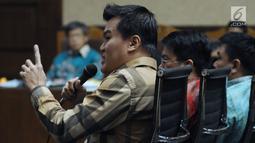 Terpidana korupsi e-KTP, Andi Agustinus alias Andi Narogong saat menjadi saksi pada sidang lanjutan dugaan korupsi pengadaan E-KTP dengan terdakwa Anang S Sudihardjo di Pengadlian Tipikor, Jakarta, Kamis (12/4). (Liputan6.com/Helmi Fithriansyah)