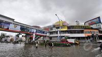 Penampakan banjir di kawasan Kelapa Gading, Jakarta, Selasa (10/2/2015). Menurut Kadin DKI Jakarta, kerugian akibat banjir di Jakarta mencapai Rp 1,5 triliun tiap harinya.(Liputan6.com/Faizal Fanani)