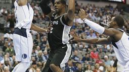 Pemain San Antonio Spurs, LaMarcus Aldridge (12) mencoba melewati adangan dua pemain Dallas Mavericks pada laga NBA Basketball game di American Airlines Center, Dallas, (14/11/2017). Spurs menang 97-91. (AP/LM Otero)