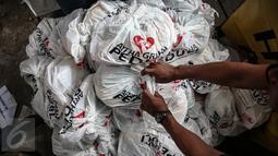 Sejumlah sembako murah disiapkan pada Pasar Murah Ramadan 2016 di kawasan Pasar Benhil, Jakarta, Minggu (5/6/2016). Pasar Murah Ramadan 2016 berlangsung dari 31 Mei hingga 5 Juli mendatang. Liputan6.com/Faizal Fanani)