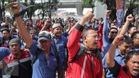 Serikat Pekerja PT Jakarta International Container Terminal (JICT) berdemonstrasi di depan lobi gedung JICT, Tanjung Priok, Jakarta Utara, Kamis (6/4). Aksi itu merupakan mosi ketidakpercayaan pekerja kepada jajaran direksi. (Liputan6.com/Gempur M Surya)