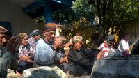 Doa atau bekten di makam leluhur rutin dilakukan oleh masyarakat pelestari adat Kalikudi, Cilacap. (Liputan6.com/Muhamad Ridlo)