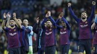 Para pemain Barcelona merayakan kemenangan atas Real Madrid pada laga La Liga di Stadion Santiago Bernabeu, Sabtu (2/3). Real Madrid takluk 0-1 dari Barcelona. (AP/Andrea Comas)