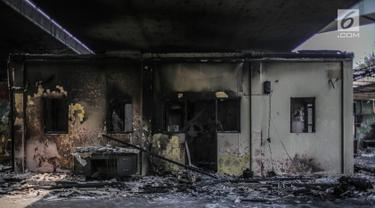 Kondisi pos polisi usai dibakar oleh massa saat aksi  unjuk rasa di fly over simpang Tomang, Jakarta, Kamis (26/9/2019). Terbakarnya pos polisi fly over simpang Tomang terjadi pada Kamis pukul 00.10 WIB. (Liputan6.com/Faizal Fanani)