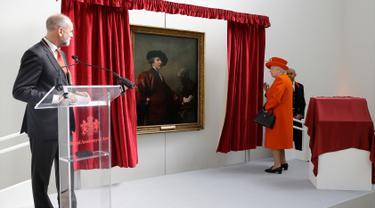 Ratu Inggris Elizabeth II melihat potret Joshua Reynolds di Royal Academy of Arts di London (20/3). Ratu Elizabeth II menghadiri pembukaan Royal Academy of Arts usai dibangun kembali. (AP Photo / Alastair Grant, Pool)