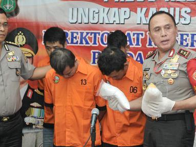 Kapolda Metro Jaya, Irjen Pol M Iriawan (kanan) menunjukkan barang bukti dan tersangka saat rilis pengungkapan tindak pidana narkotika di Polda Metro, Jakarta, Senin (6/3). (Liputan6.com/Yoppy Renato)