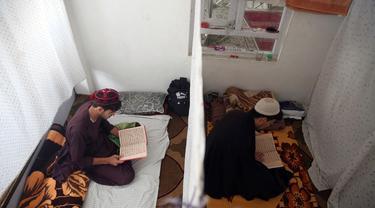 Umat Muslim membaca Al-Quran di masjid selama Itikaf, sepuluh hari terakhir bulan Ramadan di Kabul (16/5/2020). Itikaf sangat penting bagi umat Islam karena keyakinan bahwa Nabi Muhammad lebih sering memanfaatkan momentum tersebut untuk mendekatkan diri dengan sang pencipta. (AP Photo/Rahmat Gul)