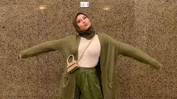 Saat memakai hijab dan setelan warna hijau army dan putih tulang, membuat gaya penampilan Awkarin curi perhatian. Awkarin dinilai sangat pandai memadu padankan OOTD yang dipakainya hingga terlihat begitu menarik. (Liputan6.com/IG/@awkarin)
