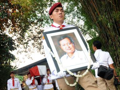Upacara kemiliteran menandai pelepasan jenazah Alm Suhardi di kantor DPP Partai Gerindra, Jakarta, (29/8/2014). (Liputan6.com/Helmi Fithriansyah)