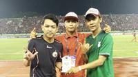 PSMS Medan Fans Club memberikan dukungan langsung kepada tim kesayangan mereka di Solo pada semifinal Piala Presiden 2018. (Bola.com/Ronald Seger)