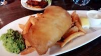 Fish and Chips di Bread Street Kitchen Restaurant Singapura milik Gordon Ramsay termasuk menu andalan. (Liputan6.com/Fitri Haryanti Harsono)
