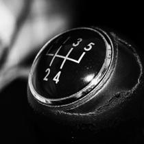 Pernahkan Anda bertanya, mengapa tuas perpindahan gigi pada mobil manual menggunakan pola `H`? Mengapa tidak garis lurus saja?