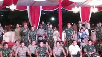 Kapolri, Panglima TNI dan Gubernur DKI Nikmati Nasi Kotak di Monas (Liputan6.com/Ady Anugrahadi)