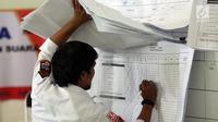 Petugas melakukan perhitungan rekapitulasi surat suara di Kecamatan Menteng, Jakarta, Kamis (25/4). Hingga hari ini proses rekapitulasi suara di kecamatan Menteng telah merampungkan 55 persen dari total 246 di Kecamatan Menteng. (Liputan6.com/Johan Tallo)