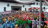 Kabumi UPI Bandung menggelar acara bermain angklung bersama di halaman Gedung Sate Bandung. (Huyogo Simbolon)