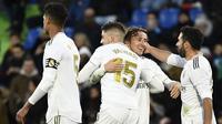 Para pemain Real Madrid merayakan gol yang dicetak Luka Modric ke gawang Getafe pada laga La Liga Spanyol di Stadion Col Alfonso Perez, Getafe, Sabtu (4/1). Getafe kalah 0-3 dari Madrid. (AFP/Oscar Del Pozo)