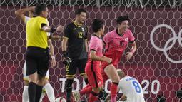 Hwang Ui-jo. Striker Korea Selatan berusia 28 tahun yang saat ini memperkuat Bordeaux sejak 2 musim lalu ini juga telah mencetak 3 gol di Olimpiade Tokyo 2020. Ketiga gol dicetaknya saat mengalahkan Honduras 6-0. (Foto: AP/Fernando Vergara)