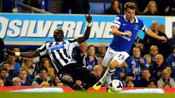 Cheick Tiote duel dengan Seamus Coleman pada pertandingan Liga Premier Inggris antara Everton vs Newcastle United di Goodison Park, Liverpool (30/09/2013). (AFP/Paul Ellis)