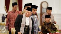 Ketua Umum MUI KH. Ma'ruf Amin dan sejumlah undangan lainnya sebelum melakukan pertemuan di Istana Merdeka, Jakarta, Selasa (1/11). Dalam pertemuan tersebut juga dihadiri Ketua Umum PBNU KH. Said Aqil Siraj. (Liputan6.com/Faizal Fanani)