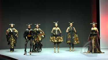 """Model berjalan memperagakan busana rancangan Anne Avantie yang bertema """"Pasar Klewer Riwayatmoe Kini"""" pada ajang Indonesia Fashion Week 2015 di JCC Senayan, Jakarta, Minggu (1/3). (Liputan6.com/Panji Diksana)"""