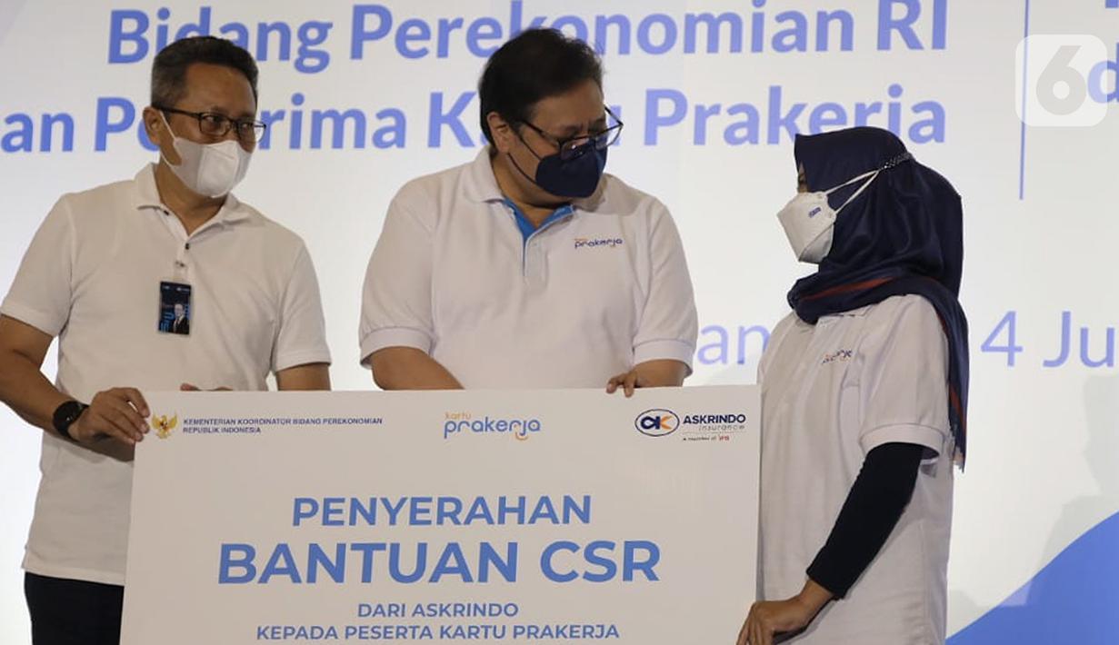 Menteri Koordinator Bidang Ekonomi Airlangga Hartarto (tengah) didampingi Direktur Operasional Askrindo Erwan Djoko Hermawan (kiri) berbincang dengan pelaku UMKM Penerima Kartu Prakerja di Bandung, Jumat (04/06/2021). (Liputan6.com/HO/Askrindo)