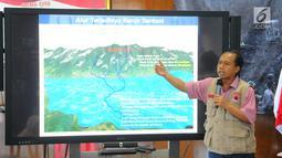 Kepala Pusat Data dan Informasi BNPB Sutopo Purwo Nugroho menjelaskan alur terjadinya banjir Sentani, Jayapura di kantornya, Jakarta, Minggu (17/3). Sutopo mengatakan banjir Sentani akibat kerusakan hutan di Gunung Cycloop. (Liputan6.com/Angga Yuniar)