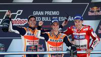 Selebrasi Marc Marquez (kiri), Dani Pedrosa (tengah), dan Jorge Lorenzo di podium MotoGP Jerez 2017, Minggu (7/5/2017). (EPA/Roman Rios)