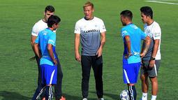 Eks gelandang AC Milan, Keisuke Honda berbincang dengan pemain timnas Kamboja berlatih di Stadion Olimpiade Nasional di Phnom Penh, (4/9). Honda juga diberi jabatan sebagai GM Timnas Kamboja. (AFP Photo/Tang Chhin Sothy)
