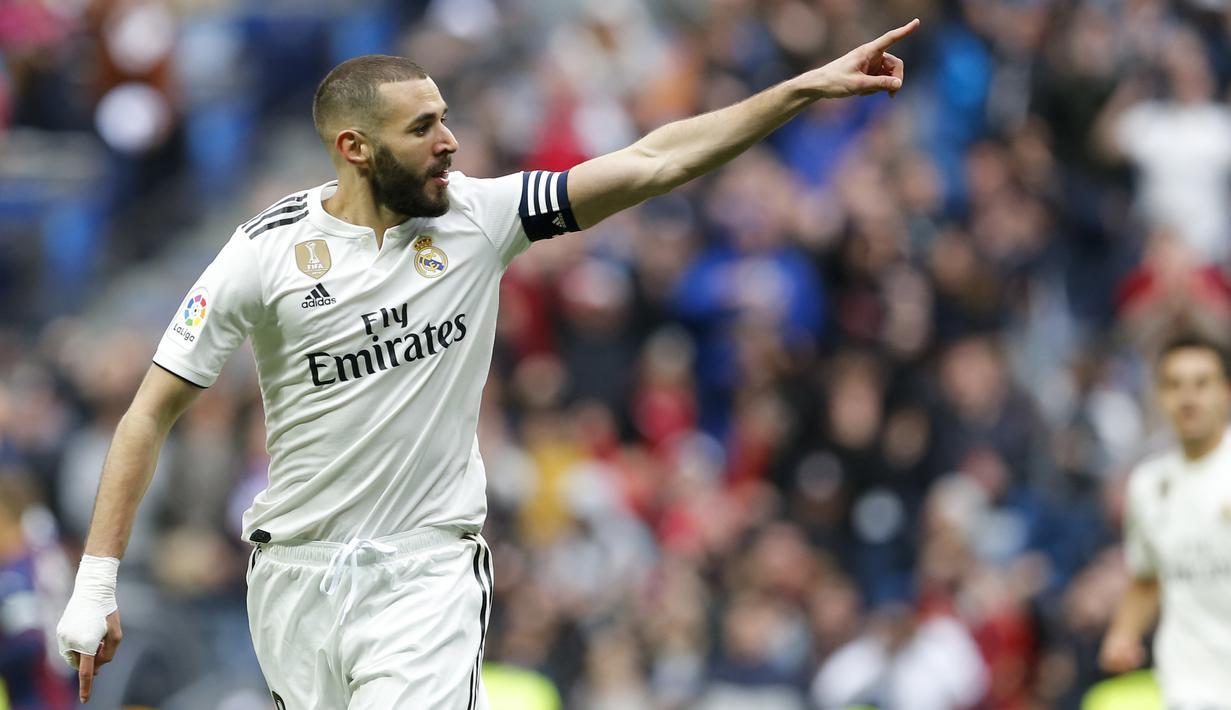 Striker Real Madrid, Karim Benzema, melakukan selebrasi usai membobol gawang Eibar pada laga La Liga di Stadion Santiago Bernabeu, Sabtu (6/4). Real Madrid menang 2-1 atas Eibar. (AP/Paul White)
