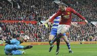 Aksi pemain Manchester United, Wayne Rooney (kanan) saat mencetak gol ke gawang Reading yang dikawal kiper Ali Al-Habsi pada laga Piala FA di Old Trafford, (7/1/2017). Setan Merah menang 4-0. (AP/Rui Vieira)